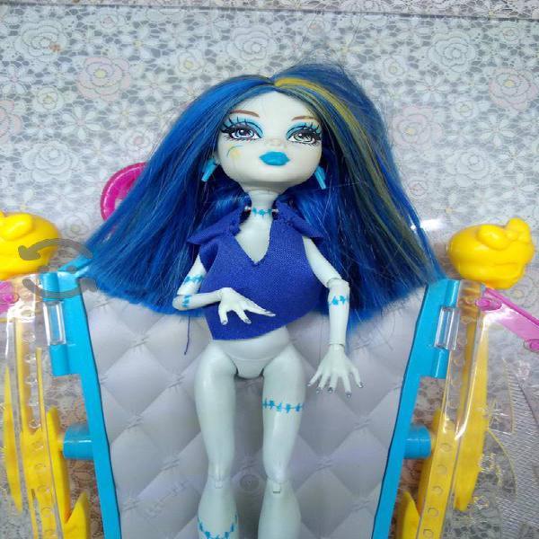 Muebles de Monster high + accesorios + muñeca