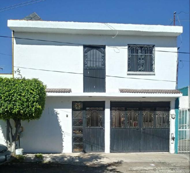 LOMA LINDA casa en venta de 4 recamaras y dos plantas Cerca