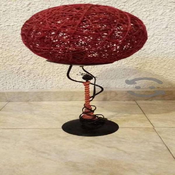 Lampara de mesa con base metal