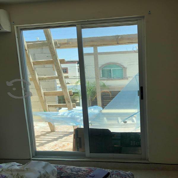 Puerta corrediza y persiana