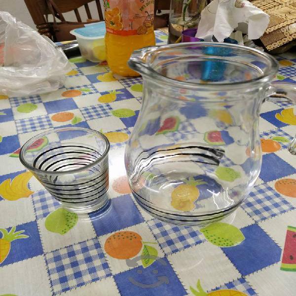 jarra con vaso