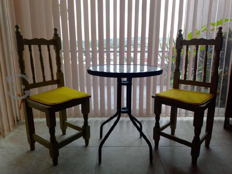Bonito juego de estar 2 sillas de madera y mesa