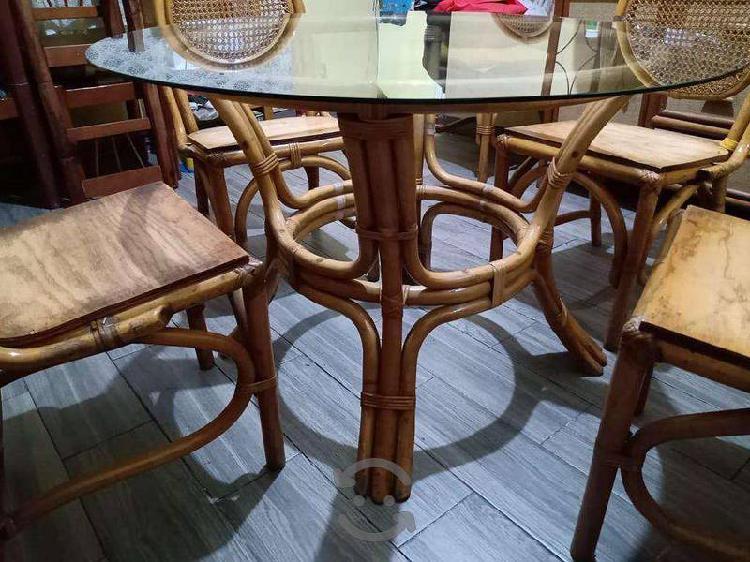 Comedor 4 sillas con base y vidrio.