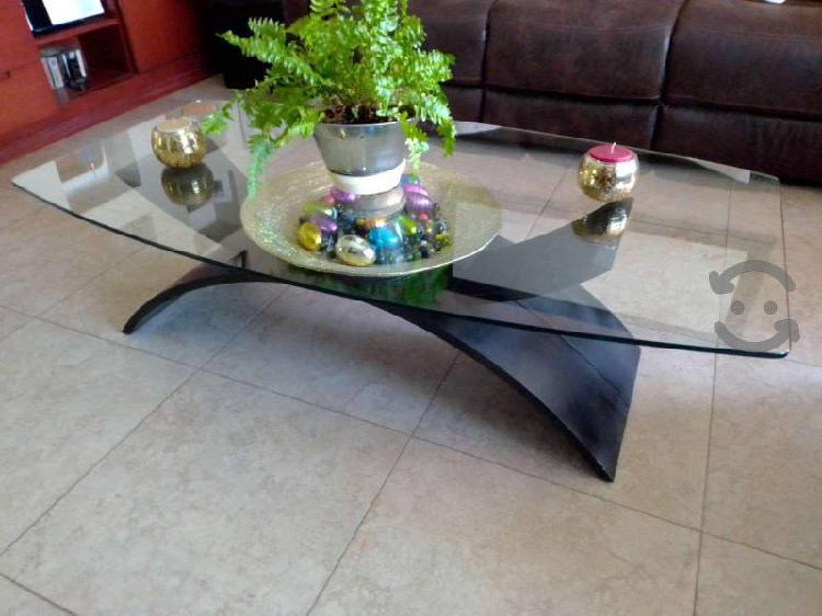 Hermosa mesa de madera con cubierta de cristal
