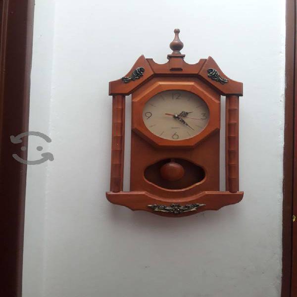 Reloj de madera con péndulo