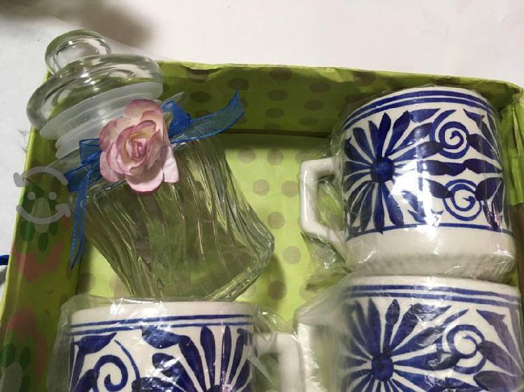 Tazas azules y azucarera de cristal