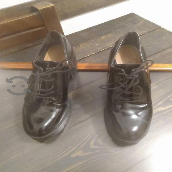 Zapatos de agujetas de charol marca Zara