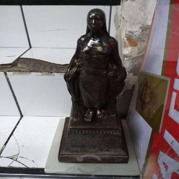 Antigua figura de antimonio