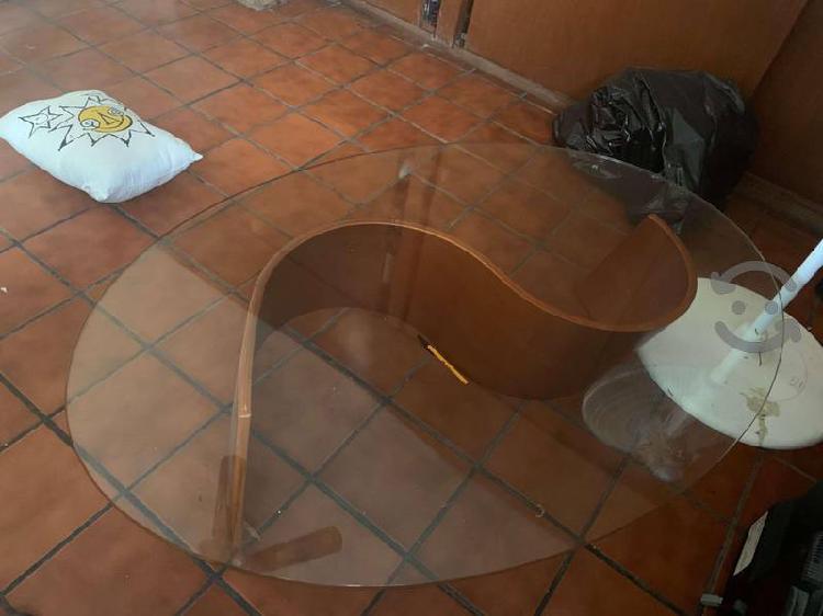 Mesa de centro de vidrio con base de madera