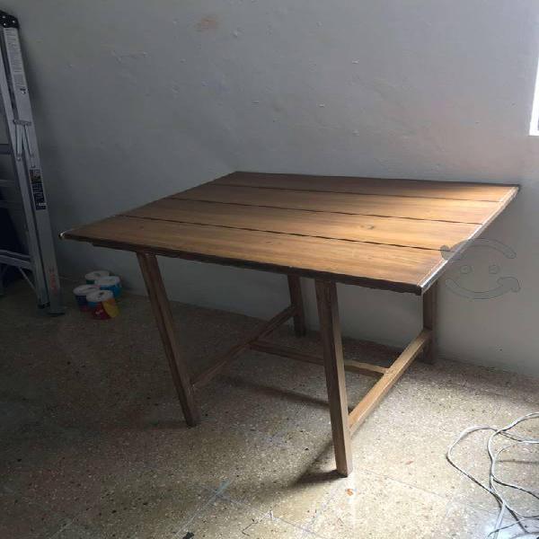 Mesa de pino con base metálica