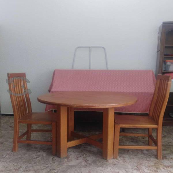 Mesa rústica de madera de pino con 2 sillas