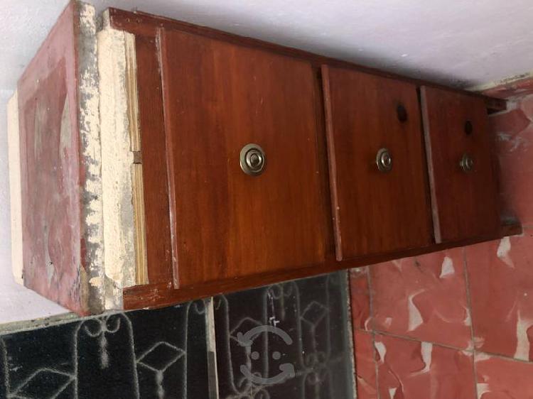 Mueble de madera con 3 cajones