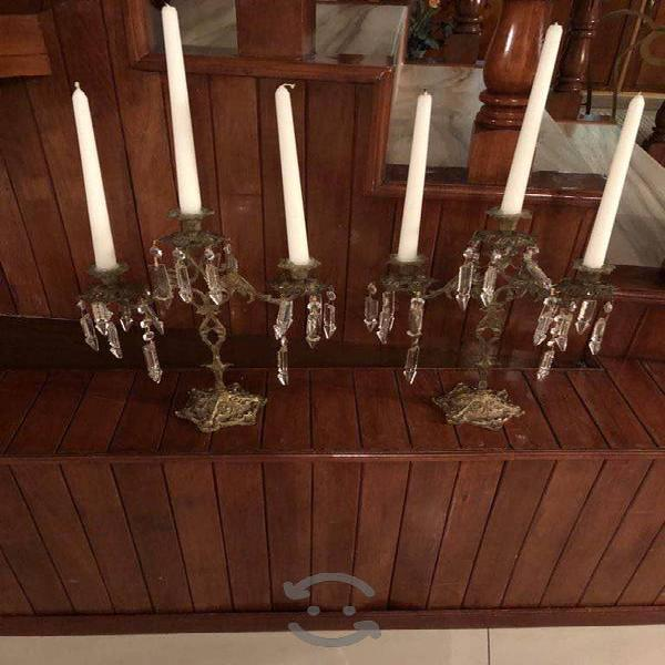 Par de candelabros de bronce con cristales