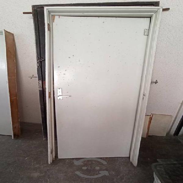 puerta de madera color blanco con marco y chapa